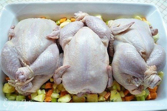 На дно формы выкладываем половину начинки, поверх начинки укладываем цыплят.