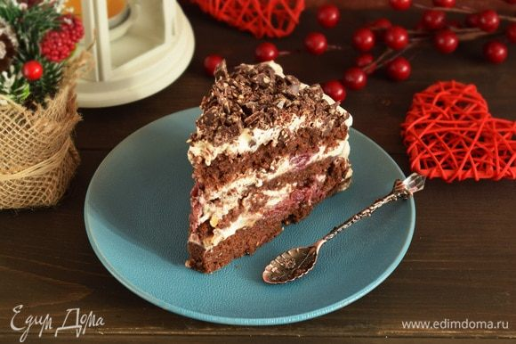 Обмазать торт кремом и верх украсить мелко нарубленным шоколадом. Убрать торт на пару часов в холодильник. Приятного аппетита!