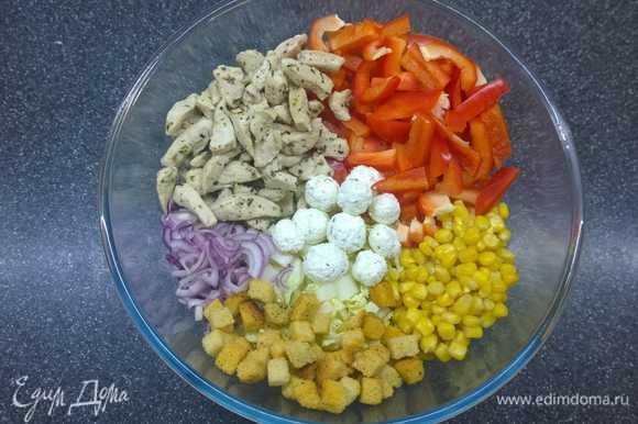 Смешиваем капусту, кукурузу, мелко нарезанный лук, болгарский перец, курицу. Я люблю добавлять немного сухариков и шариков непосредственно в салат.