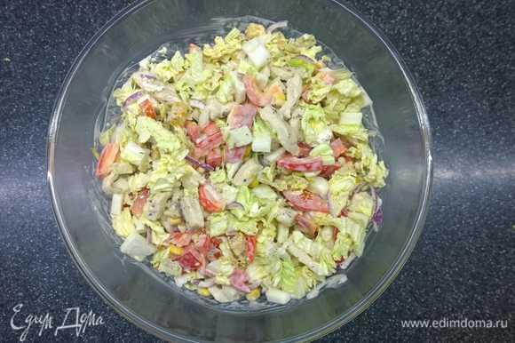 Вот такой красивый получается салат, в идеале ему стоит постоять пару минут перед подачей. А затем украшаем сухариками и сырными шариками.