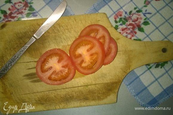 Далее берем 2 крупных помидора и нарезаем их кружочками.