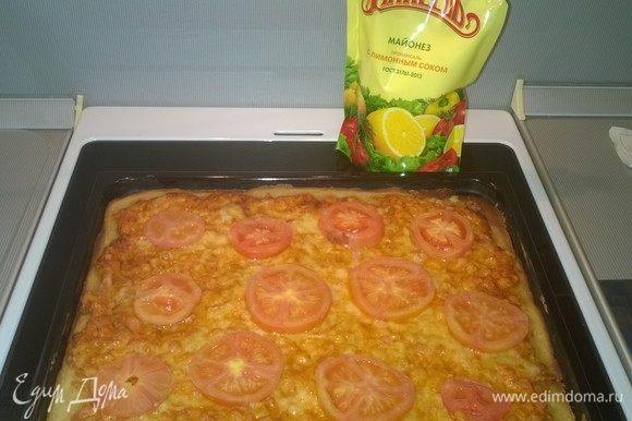 Перед готовностью выкладываем на пиццу предварительно порезанные 2 помидора. Итак, эта очень простая, но очень вкусная пицца готова, приятного аппетита!