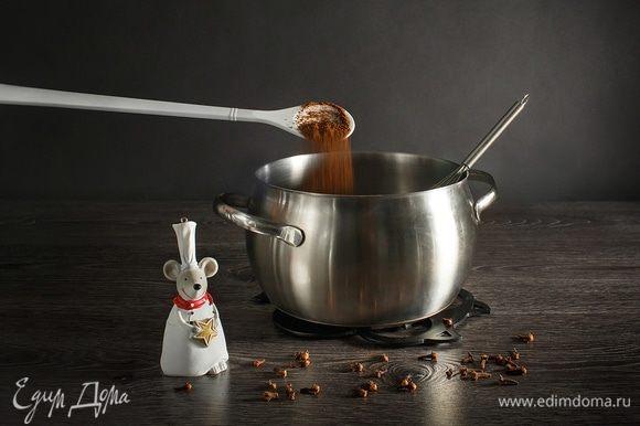Добавляем 1 чайную ложку молотой гвоздики. Перемешиваем.