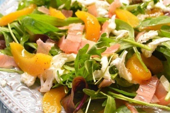 Посолить и поперчить по вкусу, сбрызнуть оливковым маслом. Приятного аппетита!