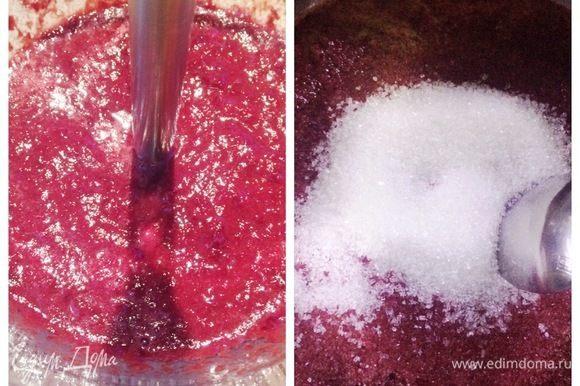 Готовим вишневое кули. У меня была замороженная вишня. Я ее измельчила при помощи погружного блендера. Ставим пюре на плиту и прогреваем. Смешиваем сахар с пектином, вводим в вишневое пюре, варим после закипания 2 минуты. Снимаем с плиты и добавляем лимонную кислоту. Выливаем кули в силиконовые полусферы 3,5 см и замораживаем. Кроме полусфер я еще залила кули просто в рамку и затем вырезала застывшее кули для других пирожных.