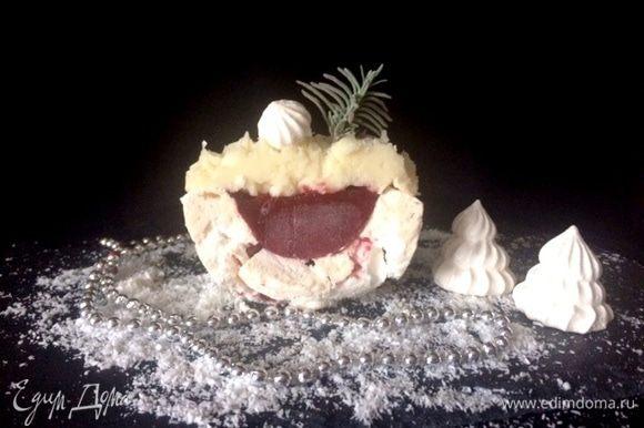 Собираем пирожное. Выкладываем кули в меренгу и украшаем сверху взбитым кокосовым кремом.