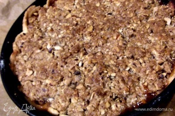 Выпекать 45-50 минут. Первые 25 минут нужно прикрыть пирог пергаментом, чтобы он не обгорел. Готовый пирог полностью остудить.