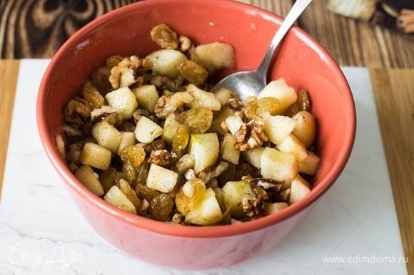 В миске смешать: яблоки, орехи, изюм, мед и корицу.