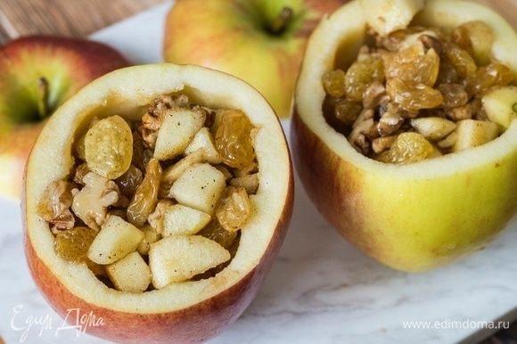 Полученную массу выложить в яблоко и закрыть срезанной верхушкой. Яблоки поместить в форму для запекания, влить 50 мл воды, добавить гвоздику и бадьян. Закрыть все фольгой и запекать в разогретой до 180°С духовке 30 минут. Подавать печеное яблоко, украсив листочками свежей мяты.