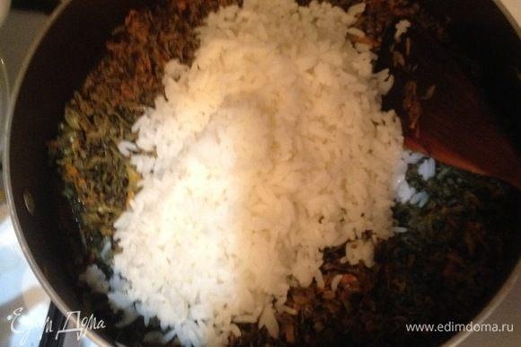 Добавить отварной рис, перемешать до однородности, прогреть все вместе пару минут.
