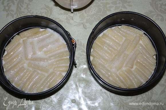 Взбитым яйцом заливаем макароны (немного, чтобы только покрыть их), равномерно распределяем.