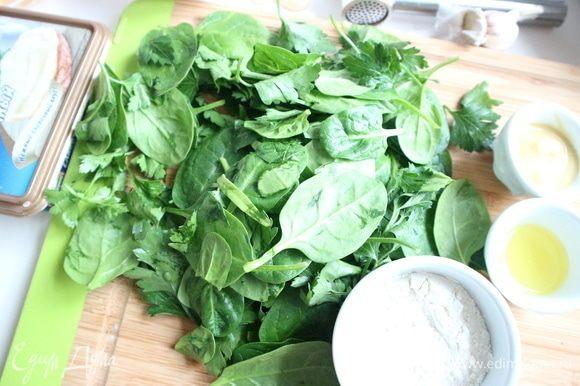 В блендере измельчить зелень (шпинат и петрушку) с 1 ст. л. воды и 1 ст. л. оливкового масла, солью.