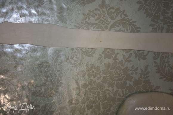 Слоеное тесто нужно раскатать узкими полосками.
