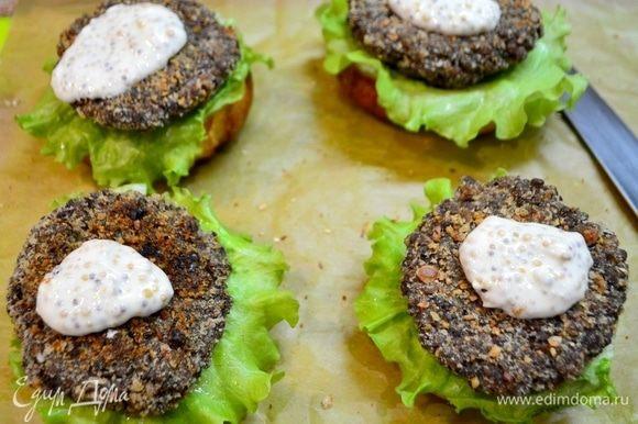 Как конструктор, начинаем собирать наш гамбургер. Булочку делим на две части, смазываем соусом, уложить лист салата красивой юбочкой, нашу котлету, и сверху соус.