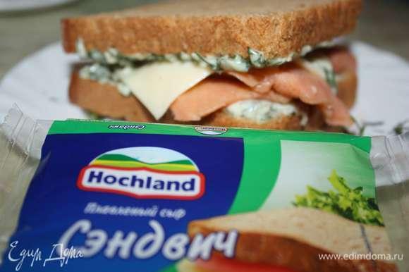 Положите внутрь красную рыбу и пласт плавленного сыра Hochland.