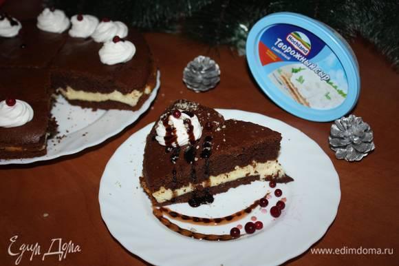 Готовый пирог вынуть из духовки. Снять разъемную форму. Украсить по желанию.