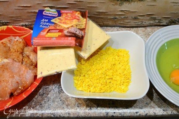 Подготавливаем все необходимые продукты. Куриную грудку разрезаем на 4 филейных куска, отбиваем, посыпать специями любимыми и даем промариноваться.