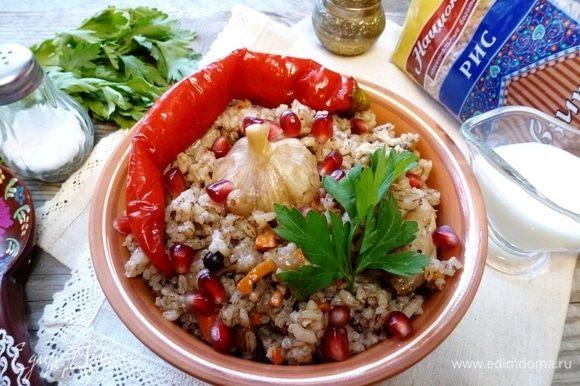Вкусный плов готов. Подавайте с овощами и зеленью. Приятного аппетита!