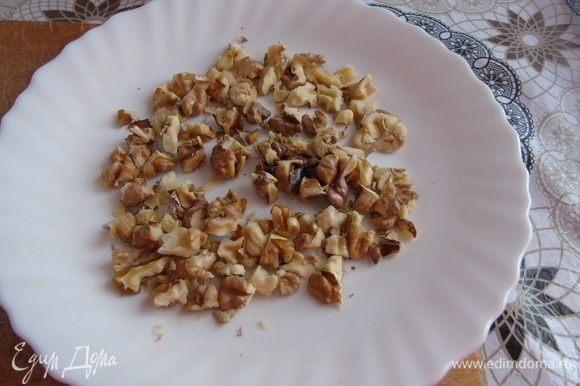 Миндальные лепестки подсушите на сковородке, я использовала грецкий орех.