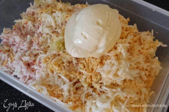 Смешать все ингредиенты, посолить (соль добавляйте осторожно, сыр и крабовые палочки уже соленые!!!), поперчить, заправить майонезом и тщательно перемешать.