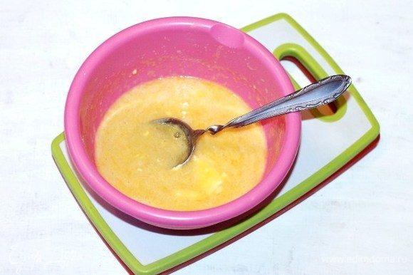 Добавляем в яичную смесь мягкое масло, ванилин, взбиваем миксером.