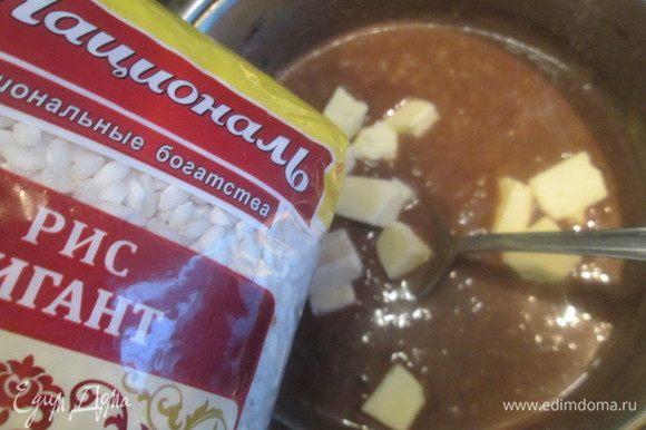 В горячий рис с шоколадом добавляем масло комнатной температуры, перемешиваем. При желании можно предварительно растопить масло.