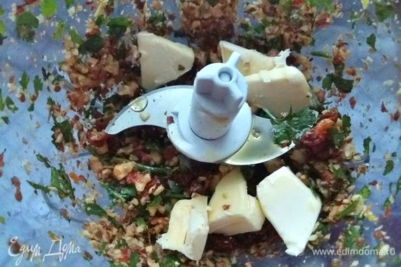 Добавить сливочное масло, нарезанное кусочками, плюс к нему оливковое масло и все измельчить в пасту с небольшими кусочками.