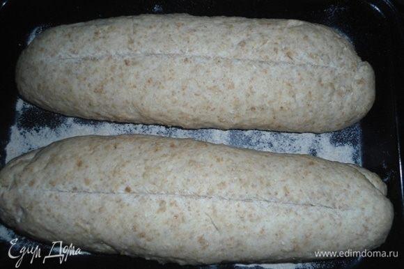 Батоны после расстойки. По желанию, сделать надрезы. Поставить в разогретую духовку на 45 минут. Если сильно подрумяниваются, духовку убавить до 160°С.