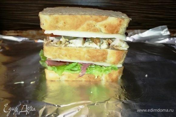 Собрали клаб-сэндвич. Заворачиваем в фольгу и отправляем в духовку, разогретую на 180°С на 10 минут.