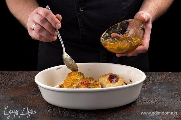 Достаньте блюдо из духовки, смажьте куриные бедра глазурью. Готовьте с функцией «гриль» еще 5 минут.