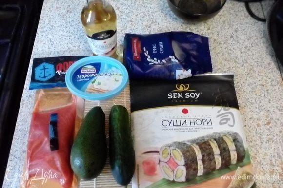 Подготовить ингредиенты. Сварить рис (1 к 2), добавить 2 ст. л. рисового уксуса и настоять под крышкой ~15 минут. Нарезать рыбу, огурец и авокад.