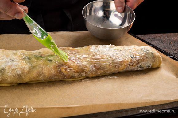 Смажьте штрудель оставшимся сливочным маслом.