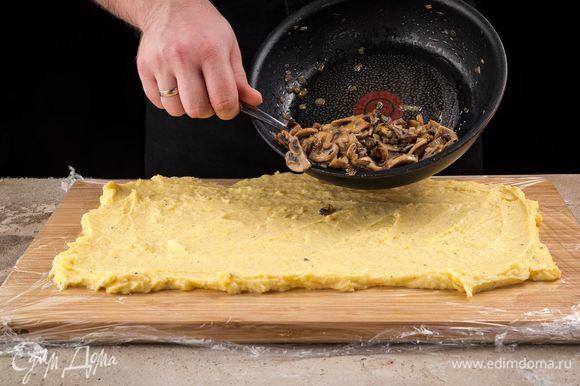 Распределите картофельное пюре на пленке в виде прямоугольника. Толщина слоя — 1 см.