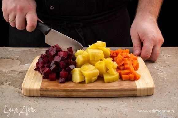 Отварите заранее морковь, свеклу, картофель. Очистите и нарежьте все кубиками.