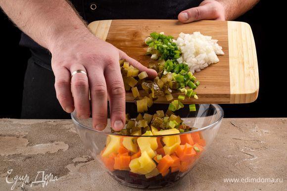 Нарежьте кубиками огурцы. Соедините овощи. Добавьте измельченный лук, специи по вкусу.