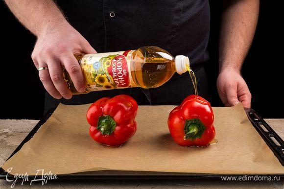 Болгарский перец очистите от семян и плодоножки, сбрызните нерафинированным подсолнечным маслом ТМ «Корона изобилия» и запеките в духовке.