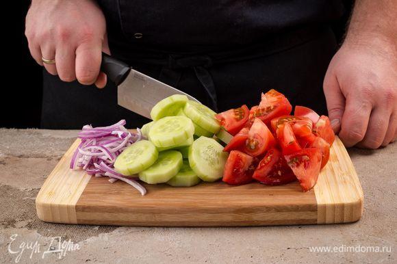 Готовый перец остудите и нарежьте кубиками. Также нарежьте крупными дольками помидоры, очищенные огурцы и оливки нарежьте кружочками. Лук нарежьте тонкой соломкой. Печеный перец нарежьте квадратиками.