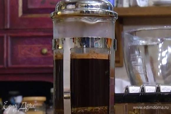 Сварить 250 мл крепкого кофе, соединить его в чаше комбайна с 250 мл оливкового масла, солодом, яйцами и взбивать все на небольшой скорости.