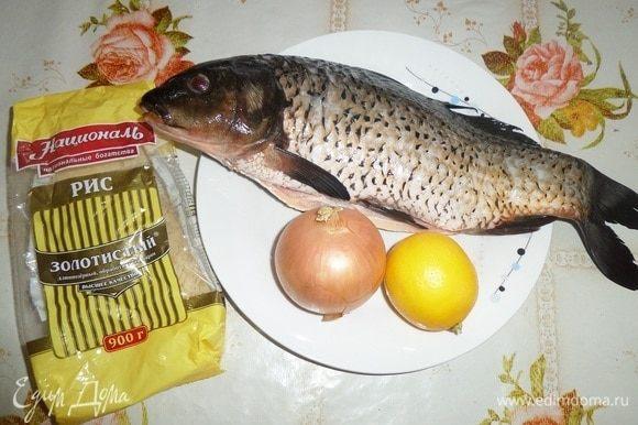 Подготавливаем продукты. Рыбу очищаем от чешуи и внутренностей. Хорошо промываем водой. Вес очищенной рыбы — 600 граммов.