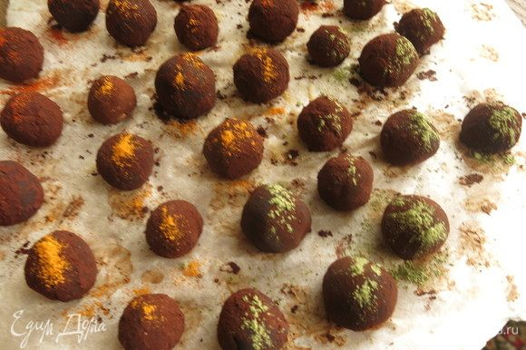 У меня конфеты без начинки, с марципаном и фундуком. Обваливаем конфеты в какао (темный), посыпаем цветной присыпкой — шафраном имеретинским, матча, перцем кайенским.