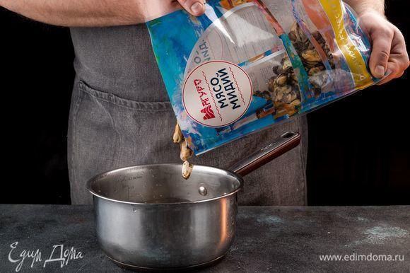 Мясо мидий ТМ «Магуро» отварите в подсоленной воде в течение 5 минут. Воду слейте, а мидии остудите.