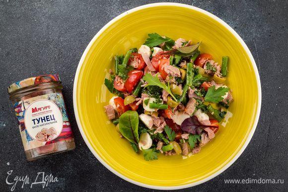 Полейте салат ароматной заправкой и подавайте к столу. Приятного аппетита!