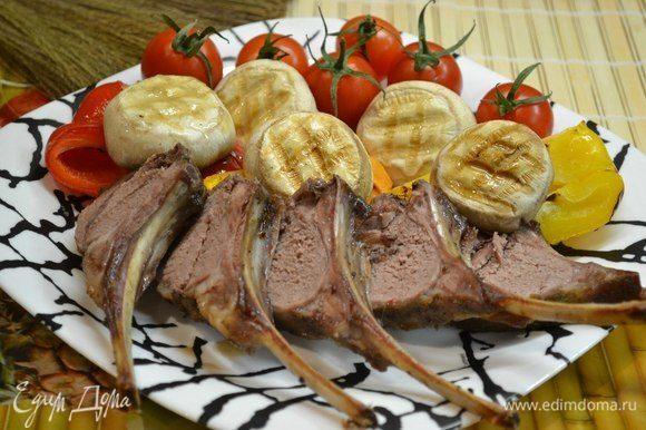 На гриль-сковородке обжариваем наши грибы шампиньоны, болгарский перец. Разрезаем мясо на порции и подаем с помидорами и грибами.