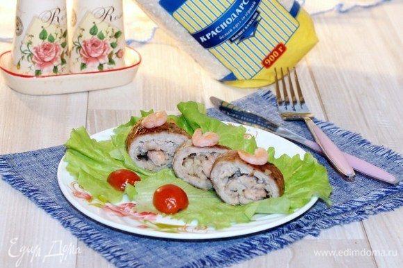 Кладем на сервировочное блюдо листья зеленого салата и выкладываем порционно порезанные мясные рулетики. Их можно подавать как отдельное блюдо, так и с различными гарнирами.