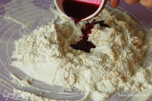 Наливаем сок свеклы. 1/2 чайной ложки соли кладем в тесто.