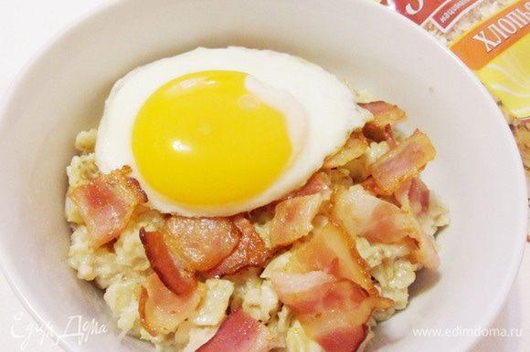 Сверху положить поджаренное яйцо. Оставьте желток жидким — это будет вкусный соус к блюду!