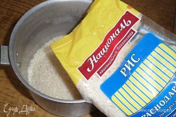 Отмеряем необходимое количество риса. Промываем рис водой. Для приготовления рулета я использую Краснодарский рис ТМ «Националь».