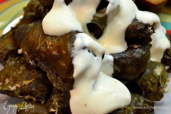 Для соуса: смешиваем в равных частях сметану и майонез, добавить натертый чеснок, по желанию, мелко нарезанный укроп.