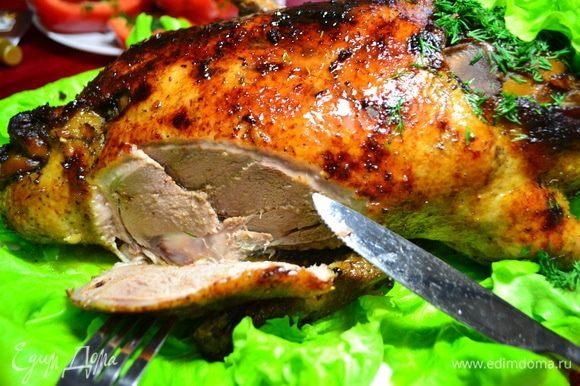 Нарезаем шикарное, нежное мясо на порции.