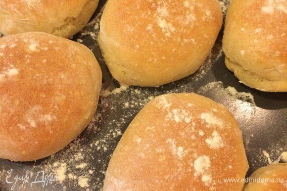 Пока булочки отдыхают, нагреваем духовку до 230°C. Выпекаем хлеб с паром 15–25 минут.